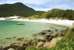 Vista da praia da ilha do Farol, considerada a mais limpa do Brasil